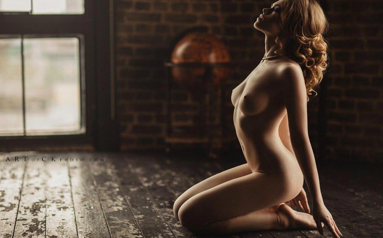 голая модель в винтажных интерьерах / сексуальная Эллина Мюллер / фото 03