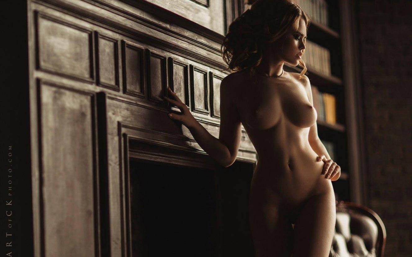 голая модель в винтажных интерьерах / сексуальная Эллина Мюллер / фото 05