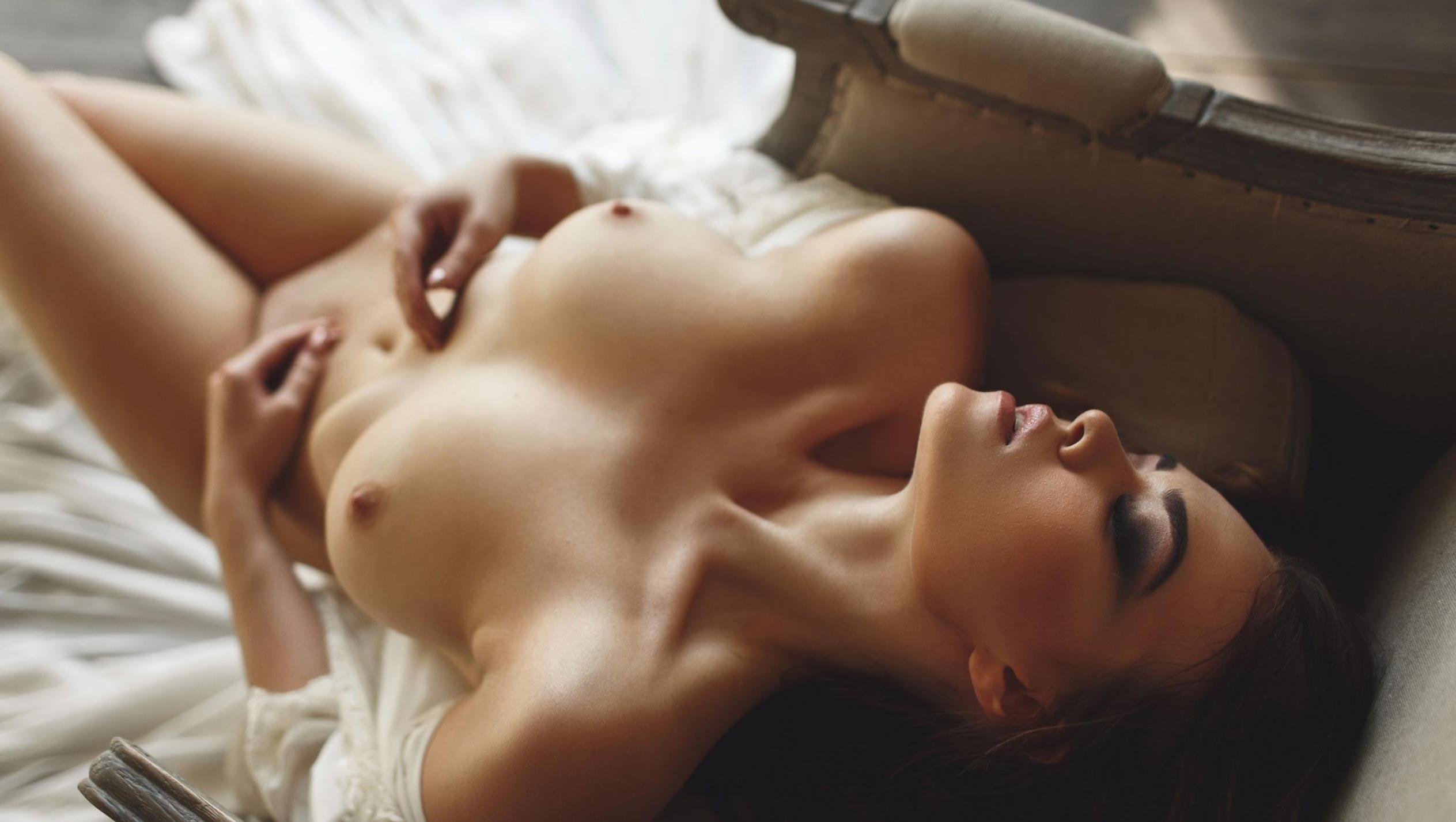голая модель в винтажных интерьерах / сексуальная Эллина Мюллер / фото 09