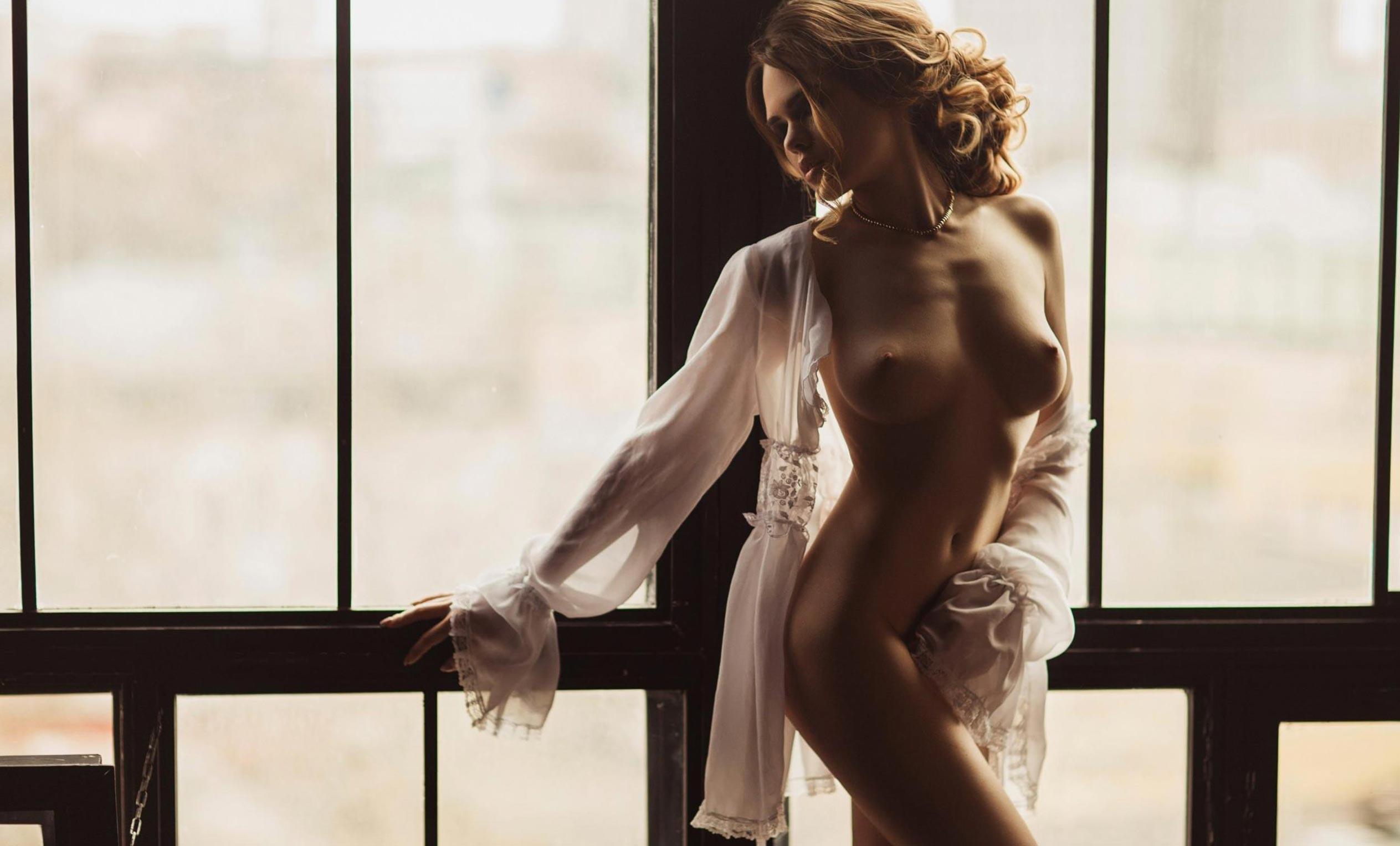 голая модель в винтажных интерьерах / сексуальная Эллина Мюллер / фото 10