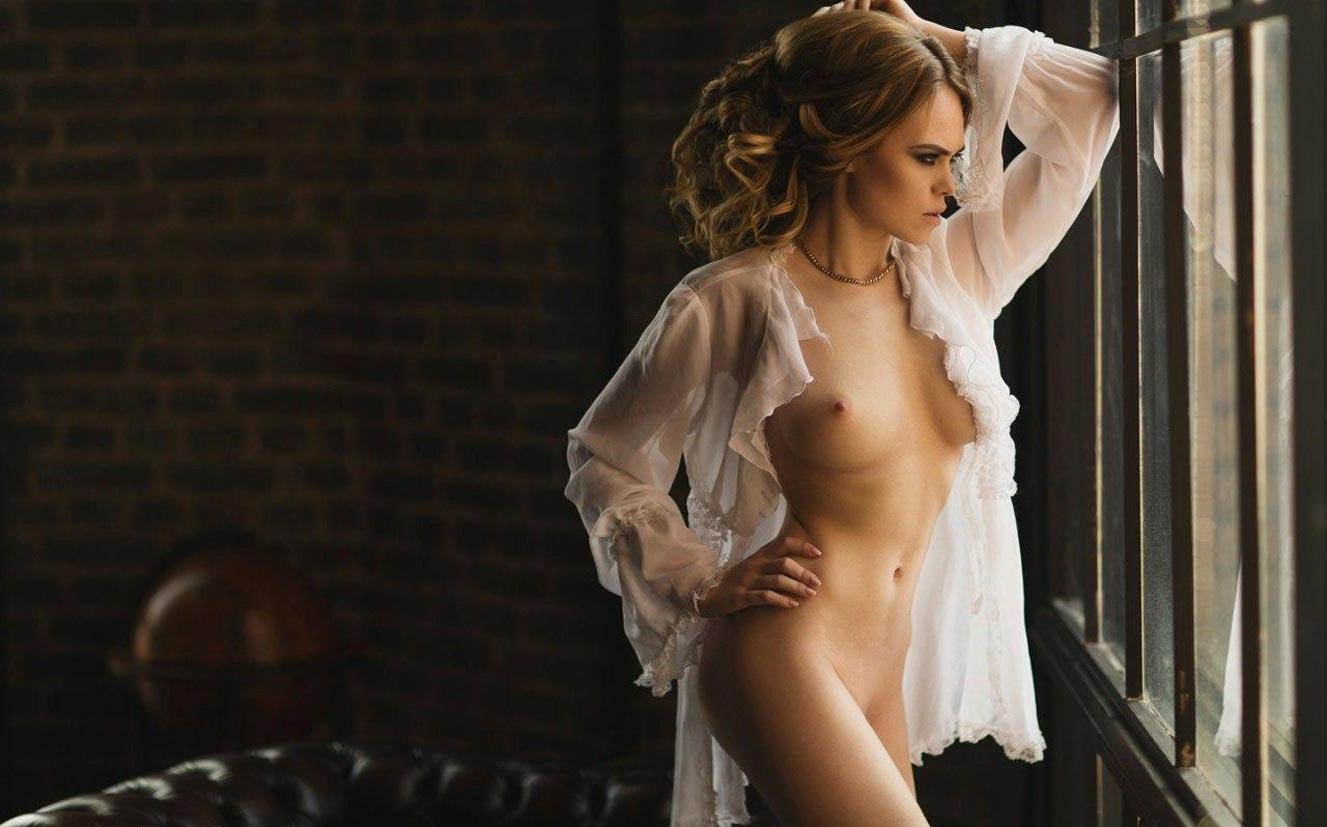 голая модель в винтажных интерьерах / сексуальная Эллина Мюллер / фото 11