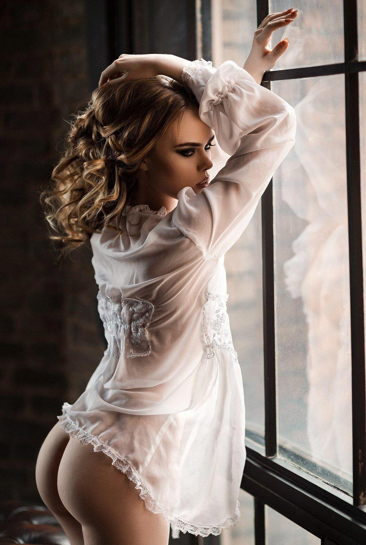 голая модель в винтажных интерьерах / сексуальная Эллина Мюллер / фото 12