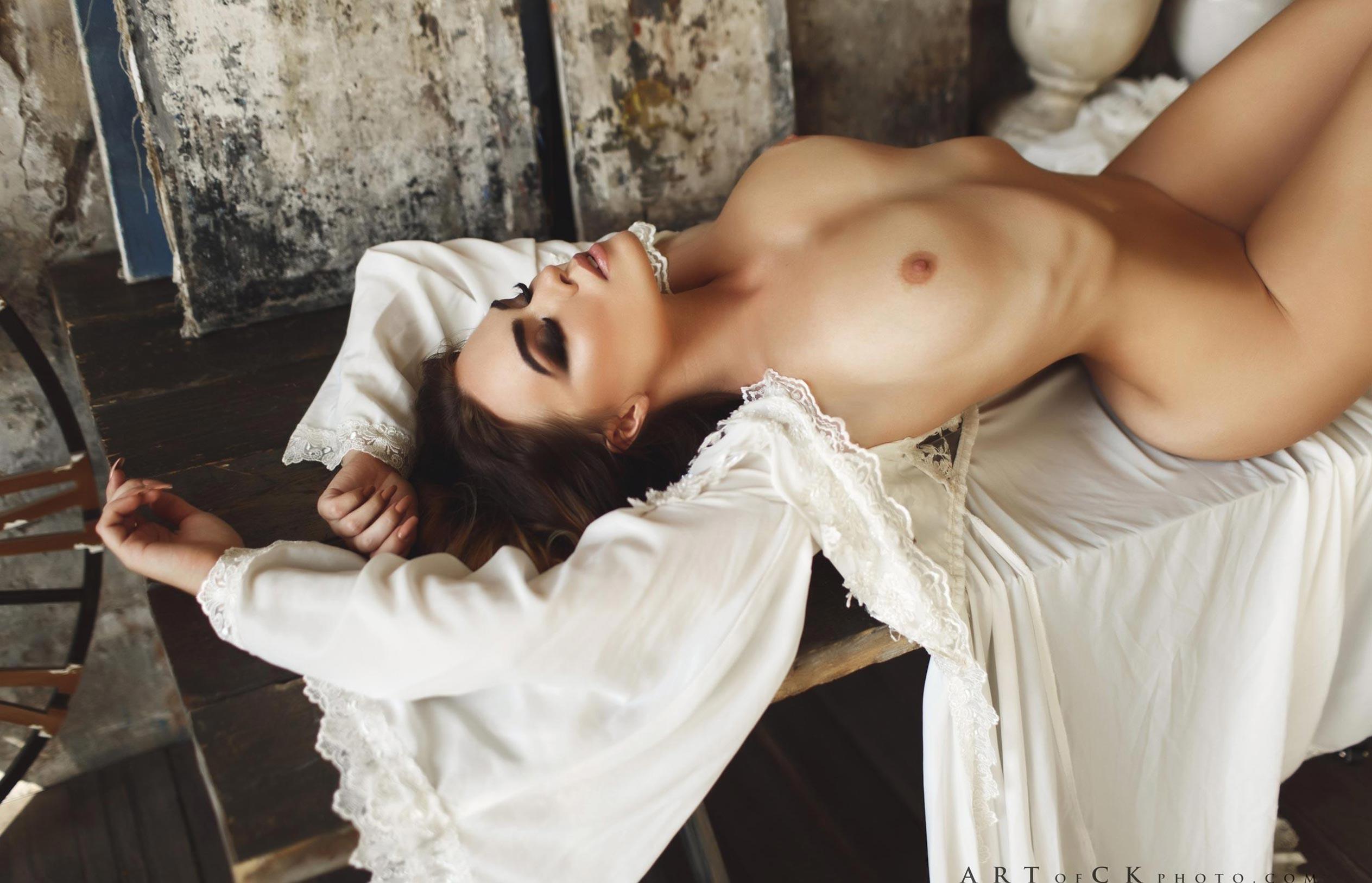 голая модель в винтажных интерьерах / сексуальная Эллина Мюллер / фото 14
