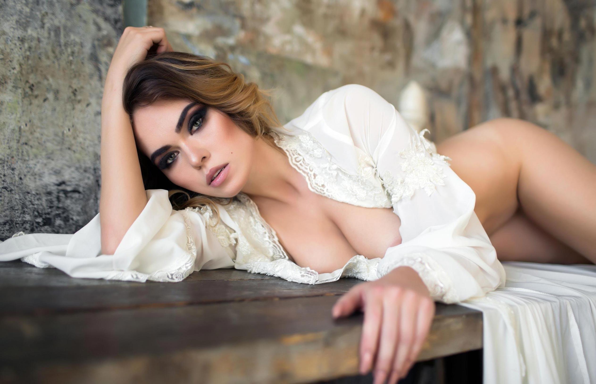 голая модель в винтажных интерьерах / сексуальная Эллина Мюллер / фото 15