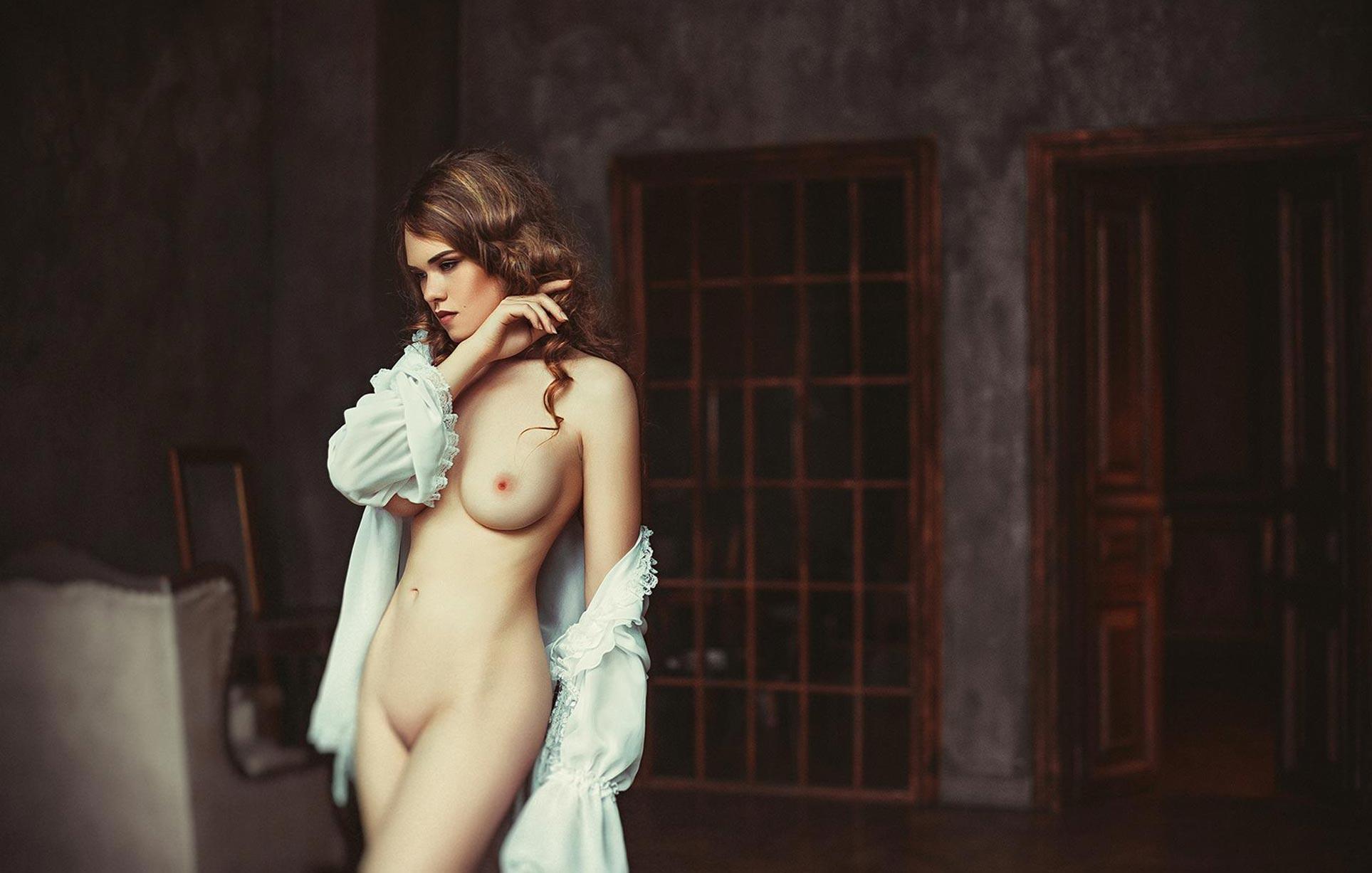 голая модель в винтажных интерьерах / сексуальная Эллина Мюллер / фото 16