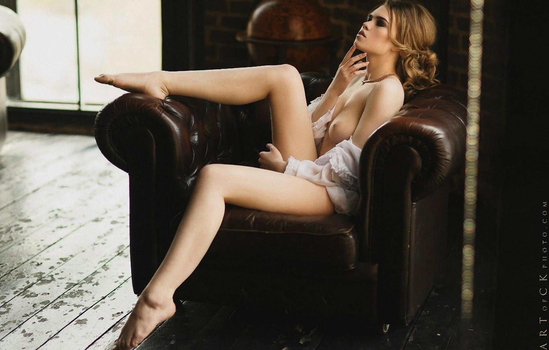 голая модель в винтажных интерьерах / сексуальная Эллина Мюллер / фото 17