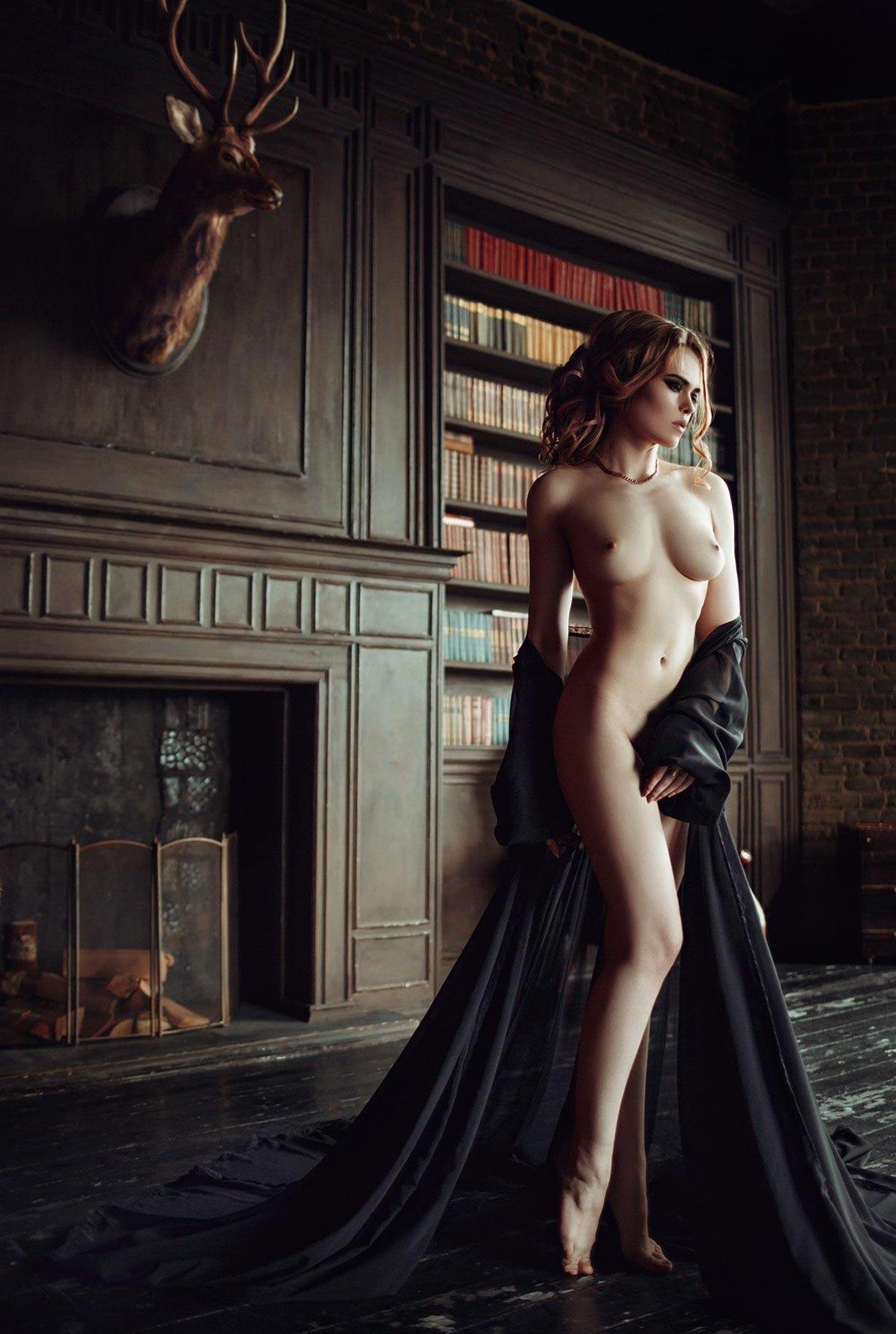голая модель в винтажных интерьерах / сексуальная Эллина Мюллер / фото 20