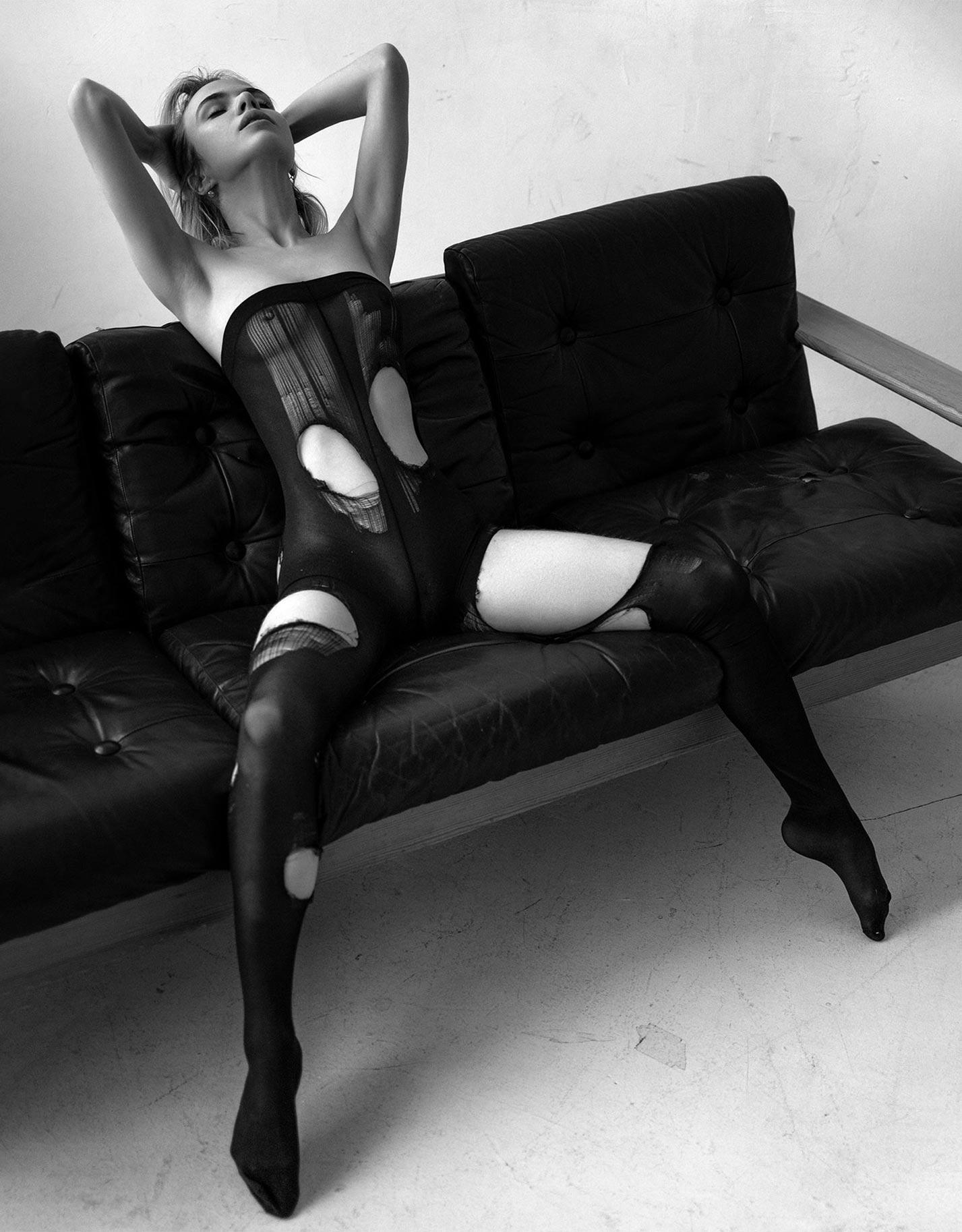 Александра Смелова в рваных колготках на кожаном диване / фото 02
