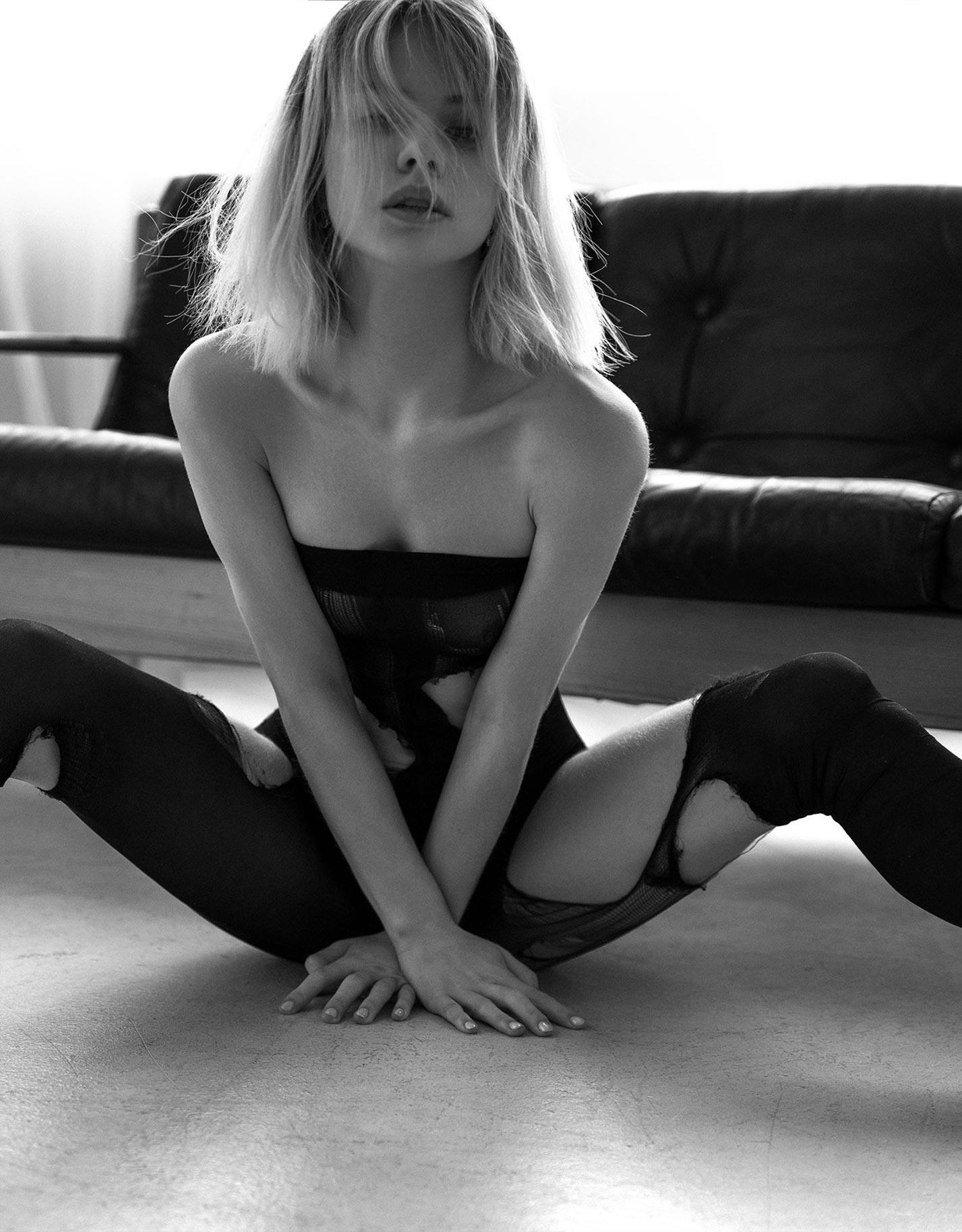 Александра Смелова в рваных колготках на кожаном диване / фото 04