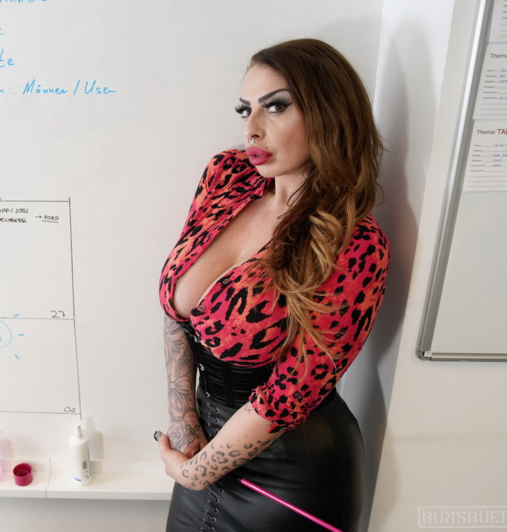 [BumsBuero/PornDoePremium] - Nina Vegas - Bossy Mature Vixen Fucks Boy Toy At The Office (2021 / FullHD 1080p)
