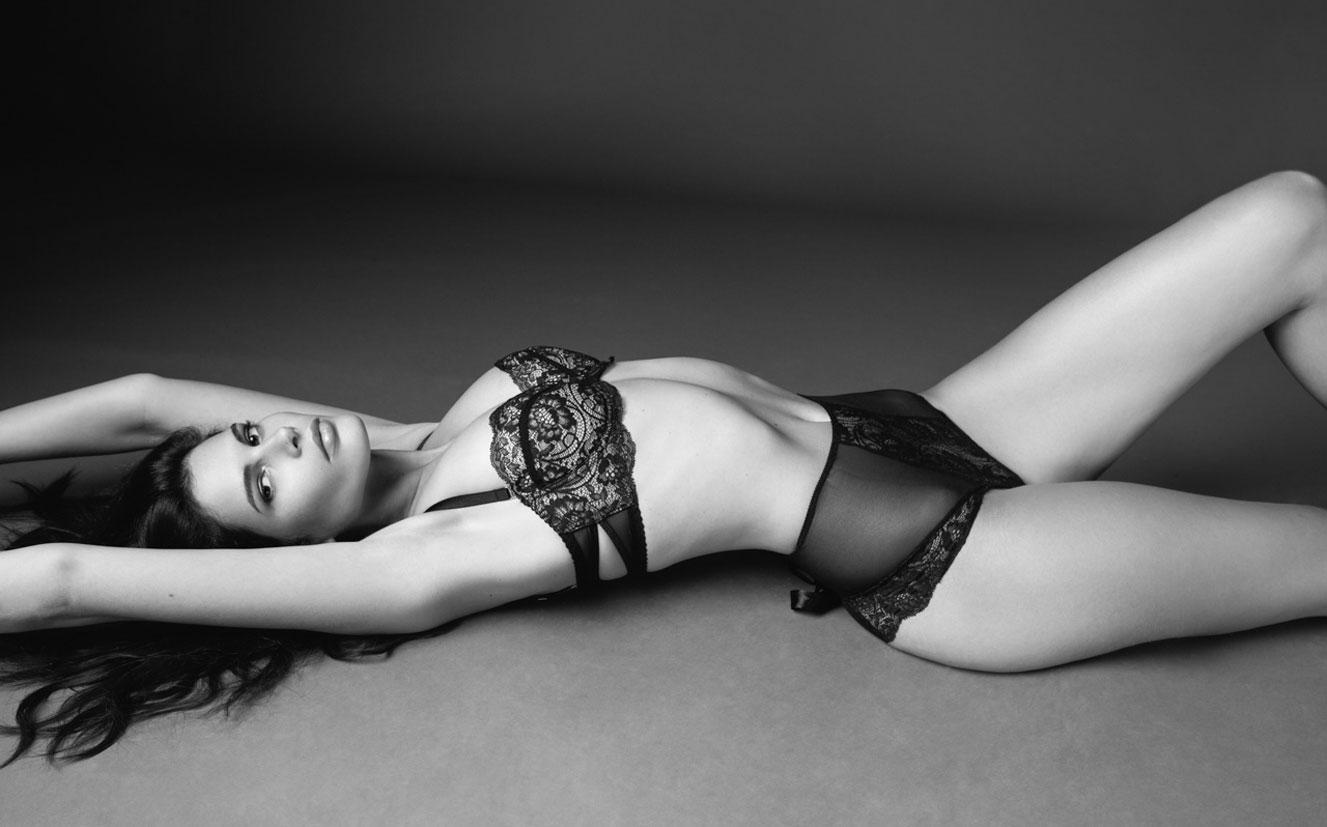 Моника Сима в черном нижнем белье / фото 01
