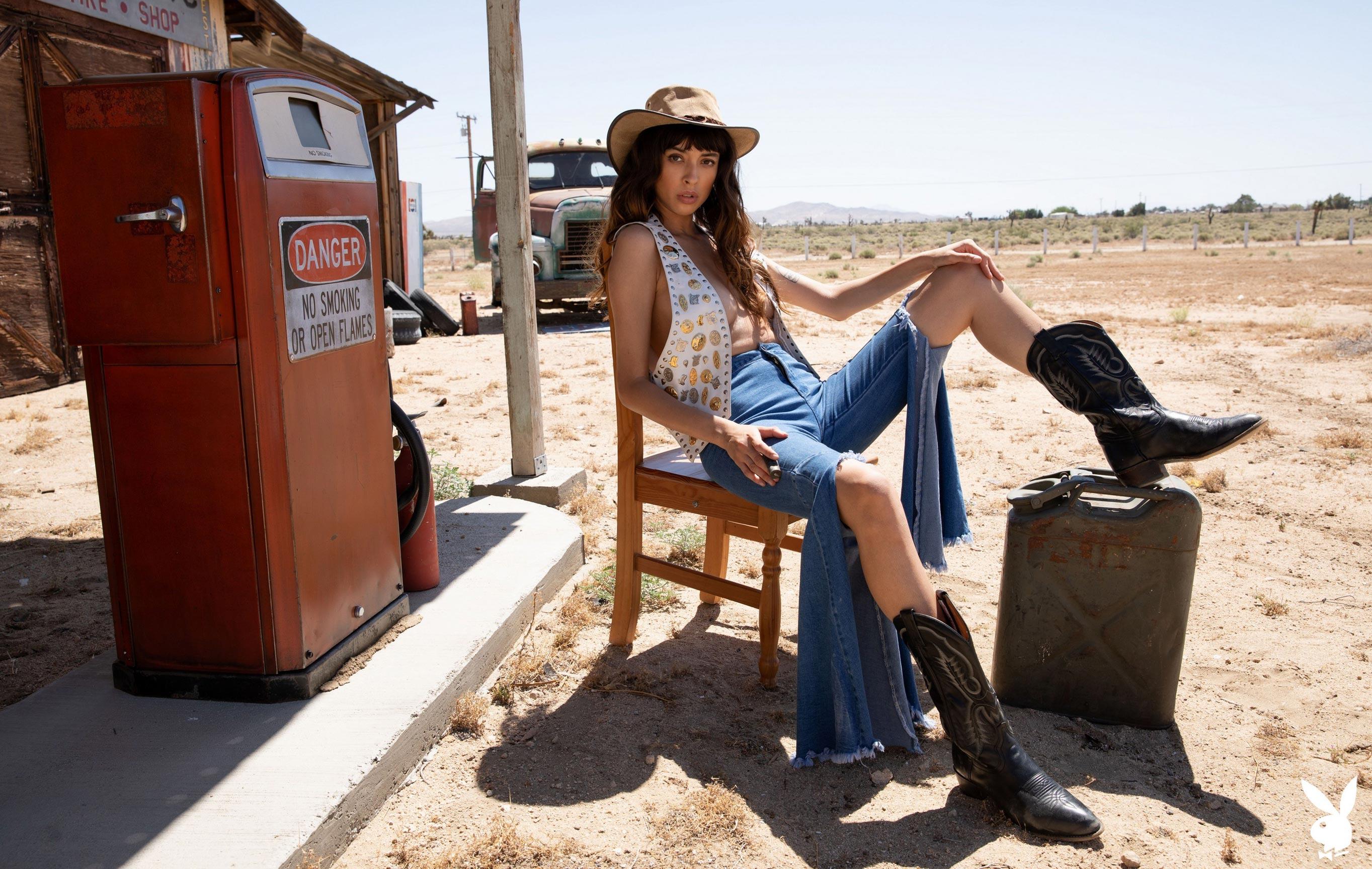 голая Стеф Ангуло на заброшенной автозаправке посреди калифорнийской пустыни / фото 01