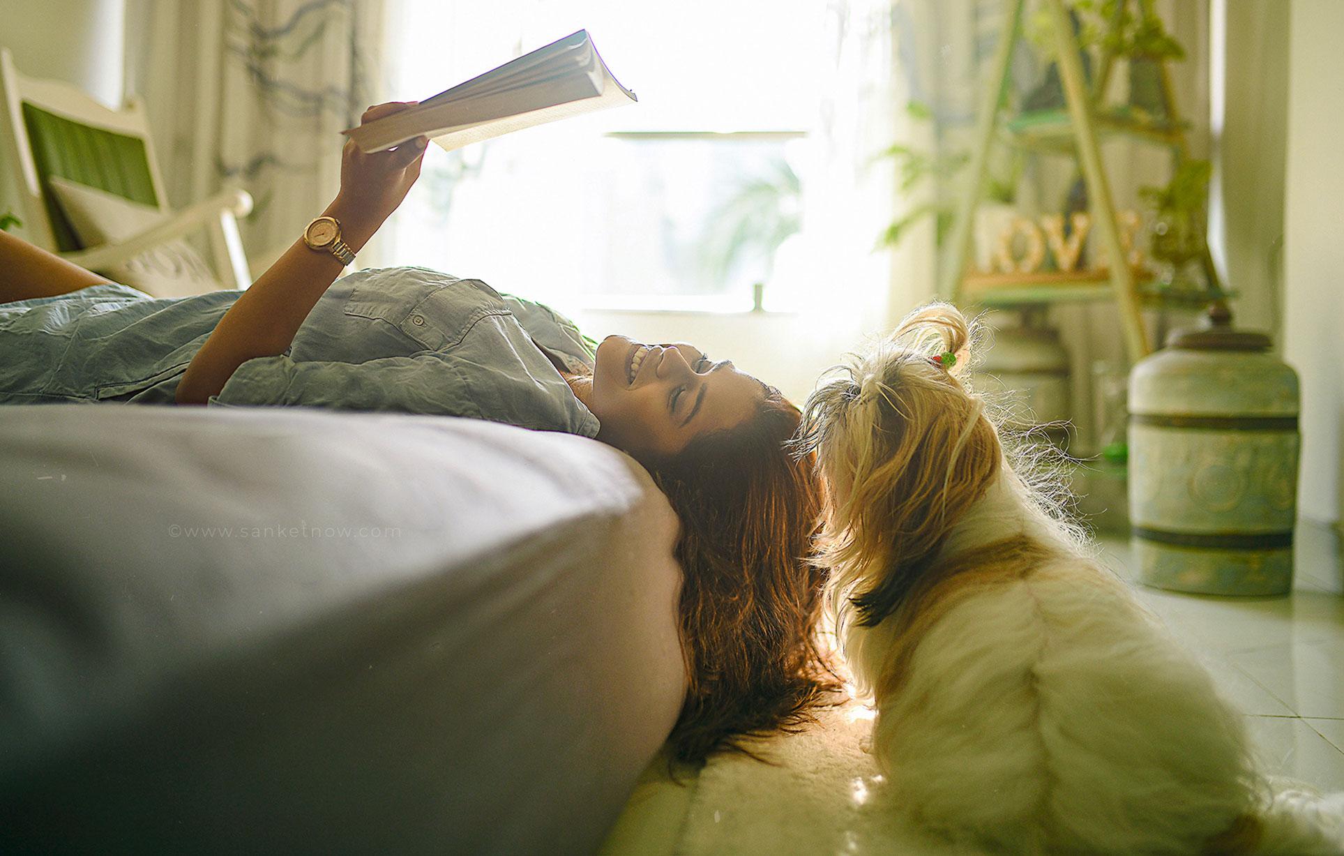 прелесть недосказанности и скромная красота, девушка с книгой и собачкой / фото 01