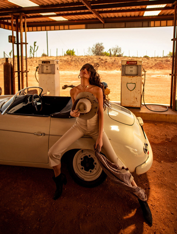 Кристина Милева со спутником на автозаправке в южно-африканском захолустье / фото 02