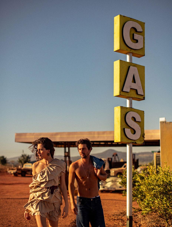 Кристина Милева со спутником на автозаправке в южно-африканском захолустье / фото 06