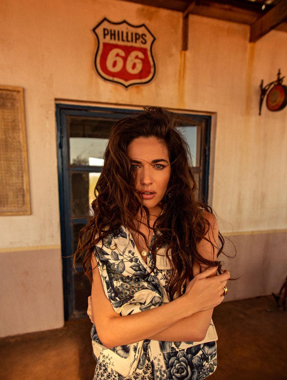 Кристина Милева со спутником на автозаправке в южно-африканском захолустье / фото 08