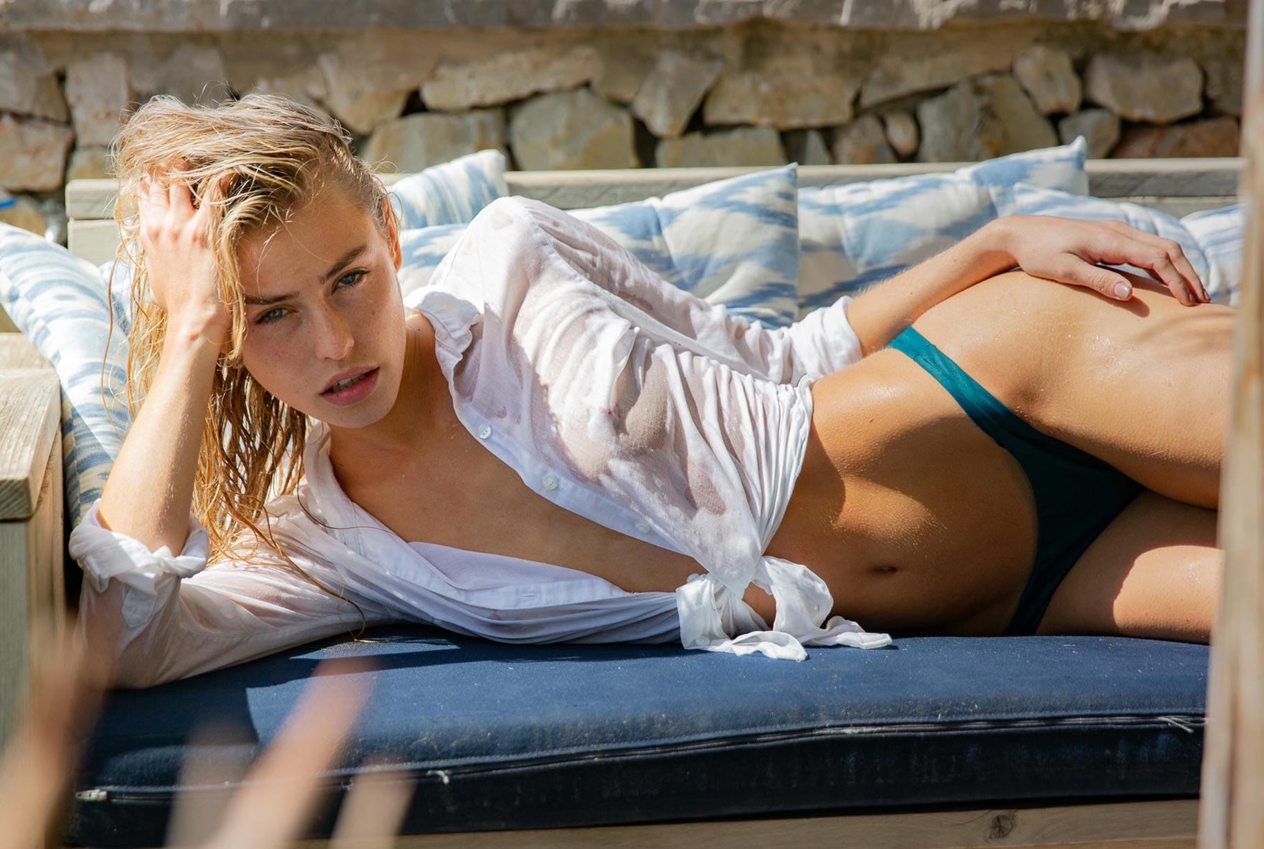 Блэйр Синно в купальниках модного бренда OceanChild Swimwear отдыхает у бассейна на Майорке / фото 02