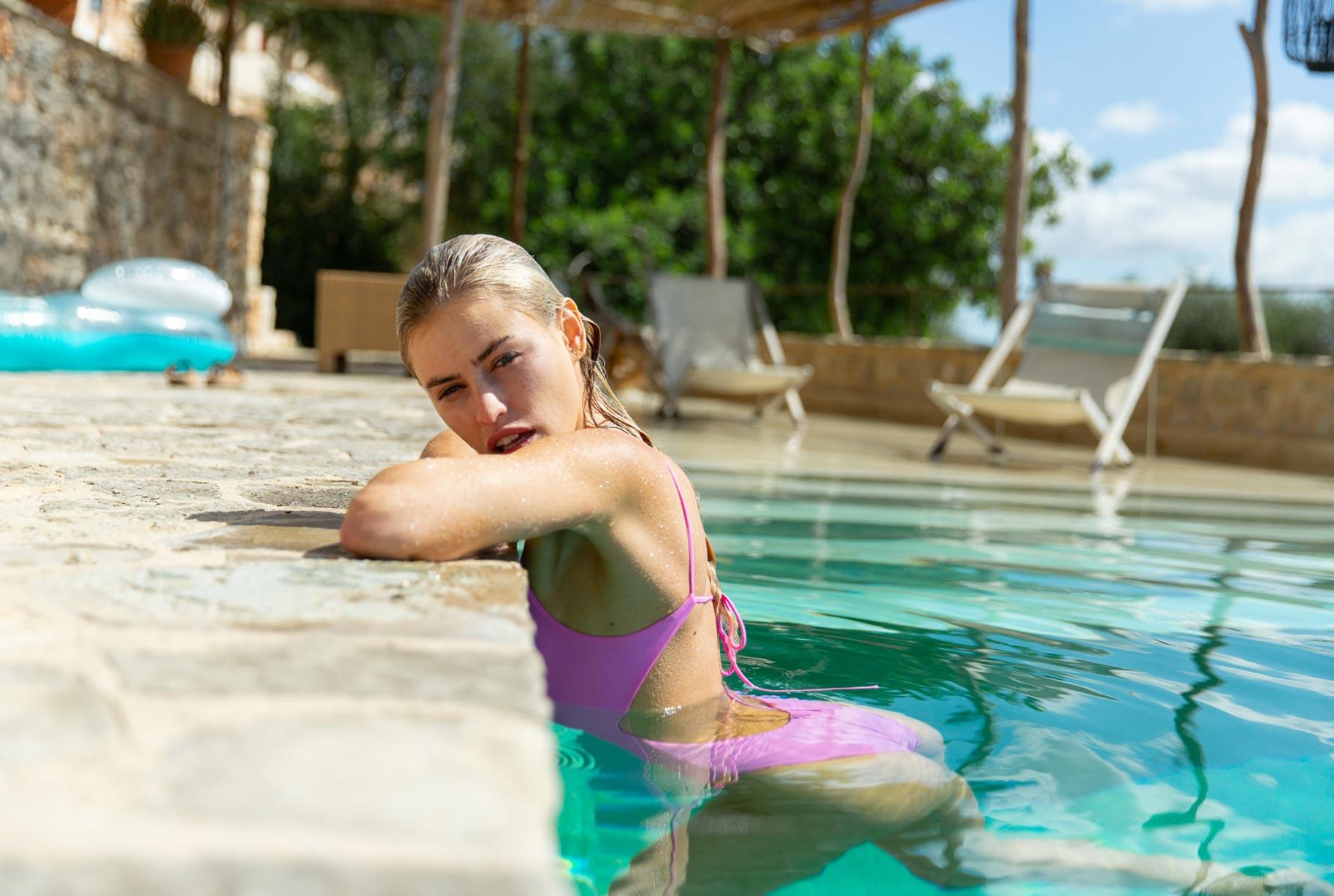 Блэйр Синно в купальниках модного бренда OceanChild Swimwear отдыхает у бассейна на Майорке / фото 06
