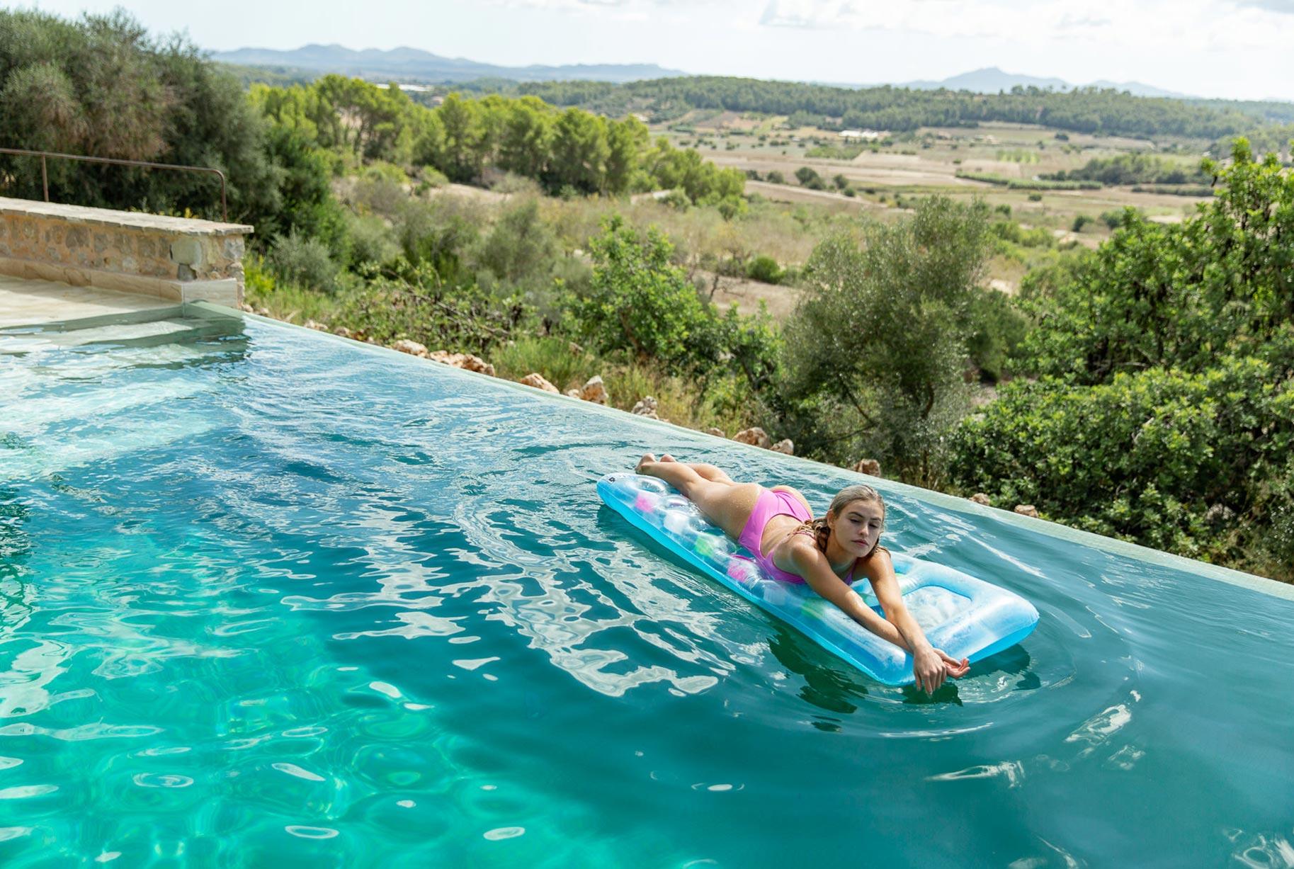 Блэйр Синно в купальниках модного бренда OceanChild Swimwear отдыхает у бассейна на Майорке / фото 12