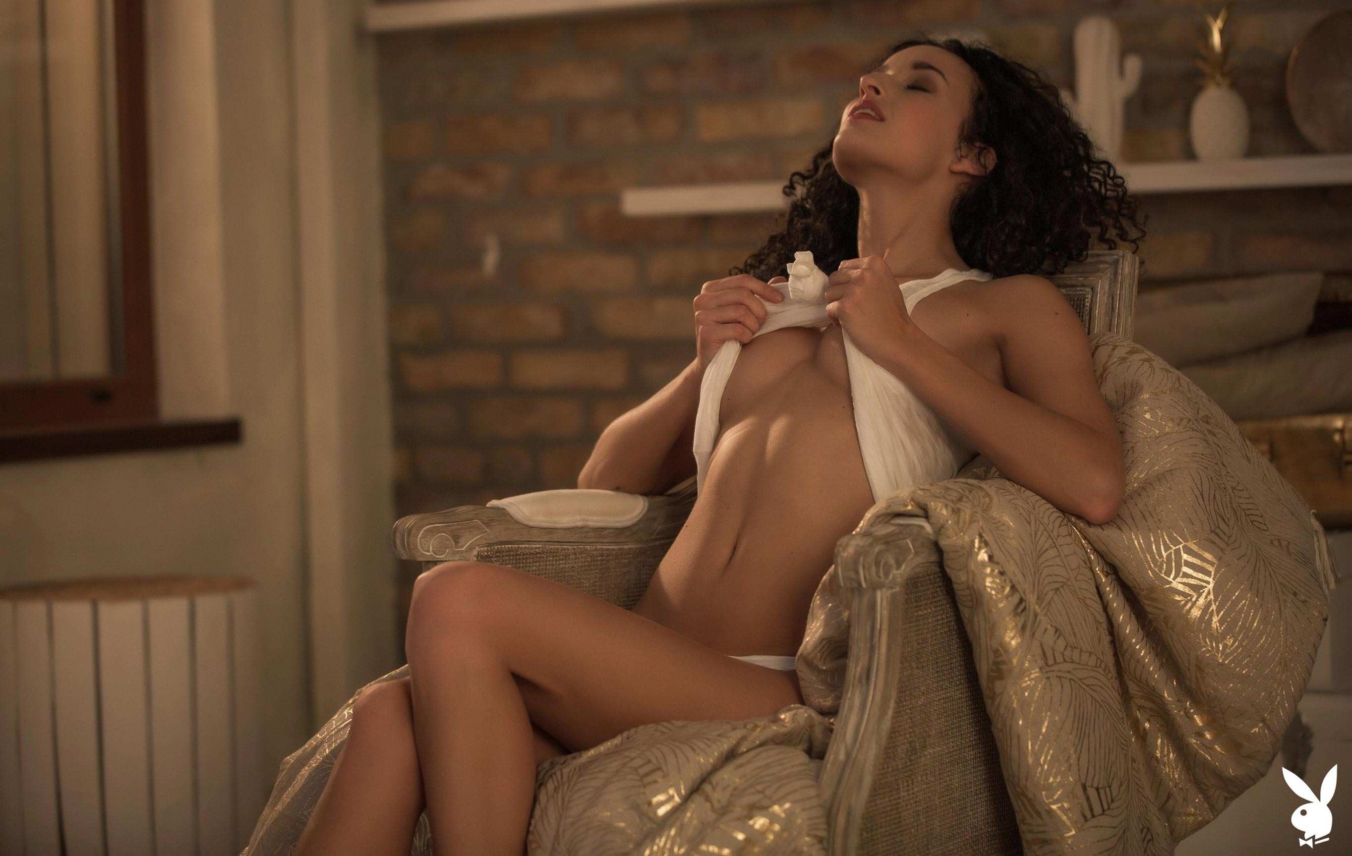 сексуальная венгерская модель Люси в спокойной домашней обстановке / фото 01