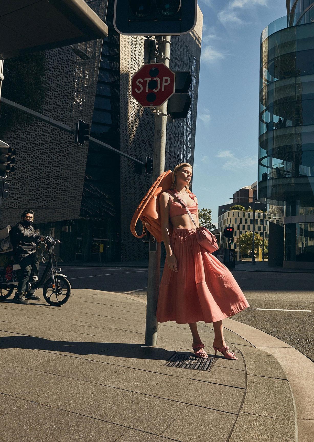 Девушка с громадной сумкой гуляет по городу / фото 02