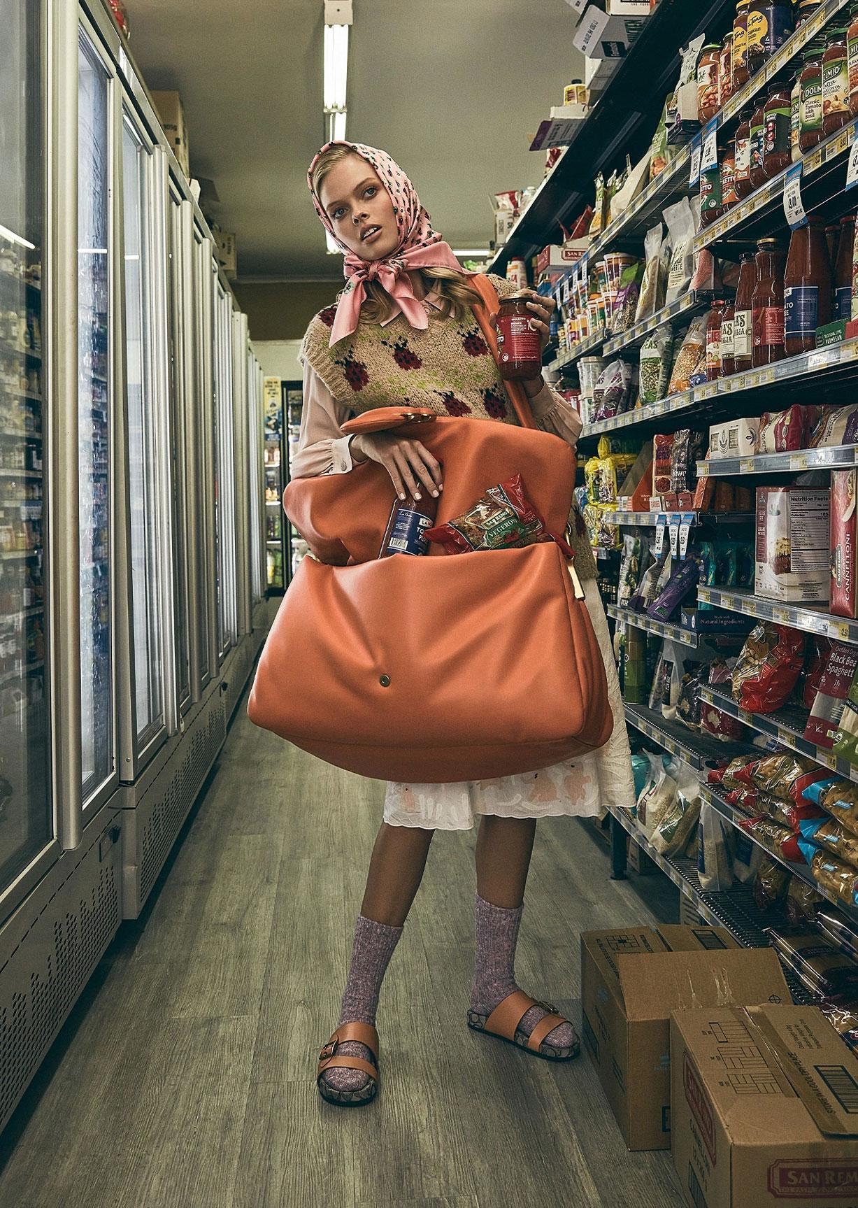 Девушка с громадной сумкой гуляет по городу / фото 06