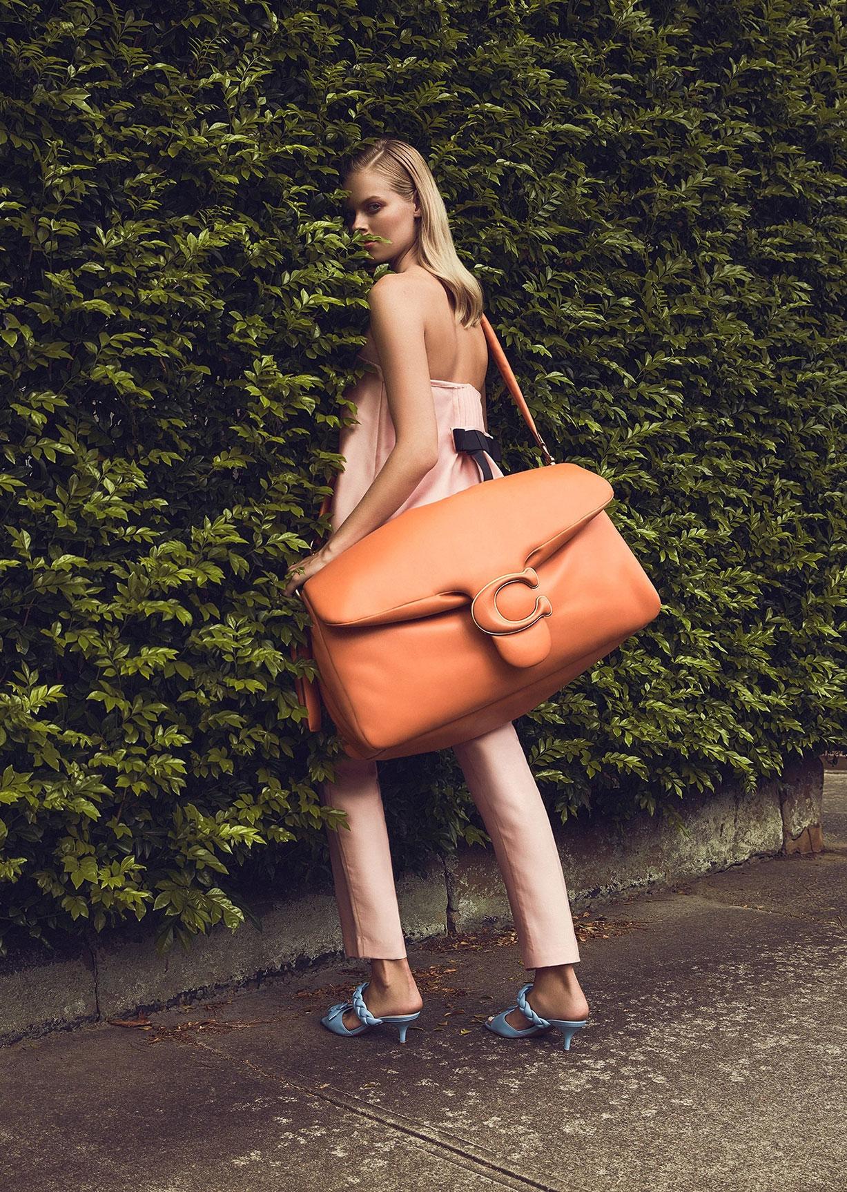 Девушка с громадной сумкой гуляет по городу / фото 07